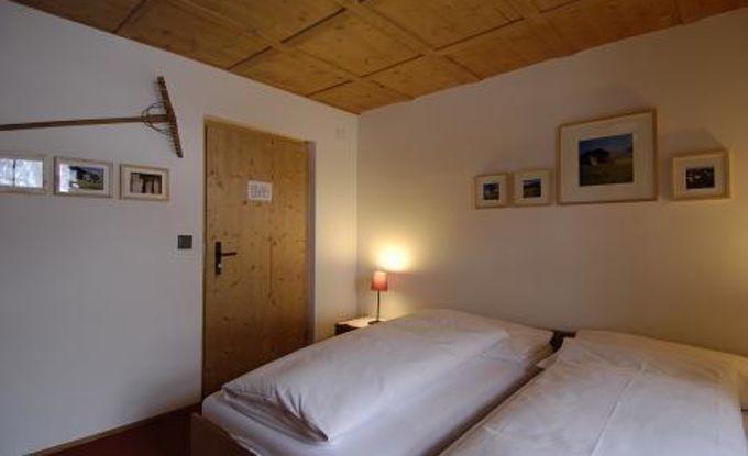 Einfache Zimmer mit Lavabo